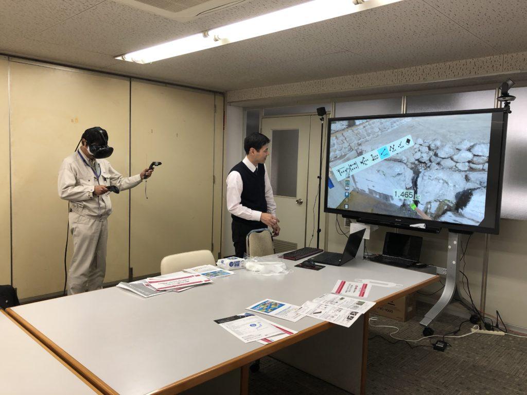 VR内で距離を計測中